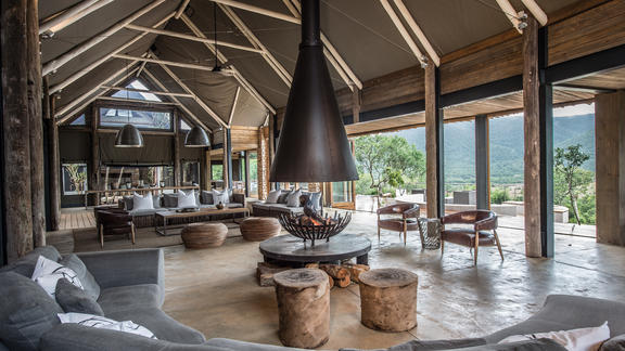 Kariega Settlers Drift Main Lodge - Relax and enjoy the calmness of the main lodge buildings with superb views across the plains.