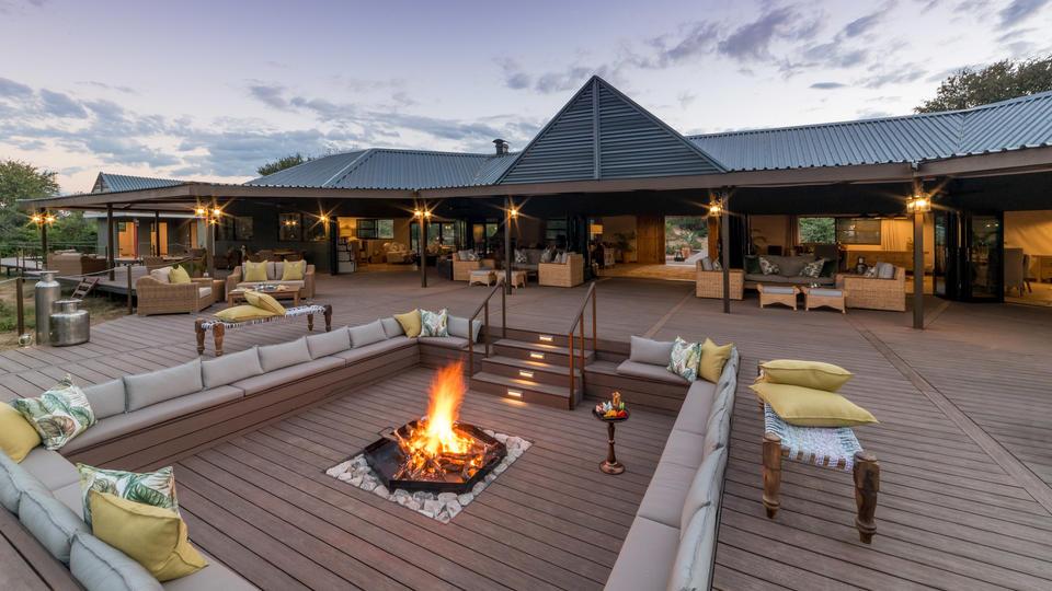 Old Drift Lodge, Victoria Falls - Old Drift Lodge, fire-pit & main reception area